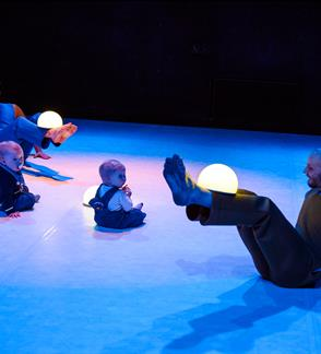 """Twinkles"" interactive dance performance for children of 0–2 years"