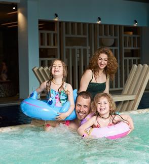 """Apsilankymas šeimai """"Aušra - baseino ir pirčių erdvėje"""""""