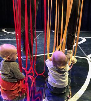 """Premjera! Interaktyvus judesio ir objektų spektaklis kūdikiams """"Be galo, be krašto"""""""